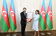 "First VP Mehriban Aliyeva presents Sami Yusuf honorary diploma <span class=""color_red"">[PHOTO]</span>"