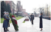 "Azerbaijan's First VP Mehriban Aliyeva visits tomb of unknown soldier in Moscow <span class=""color_red"">[PHOTO]</span>"