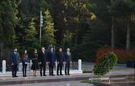 "President Ilham Aliyev, First Lady Mehriban Aliyeva visit grave of national leader Heydar Aliyev <span class=""color_red"">[PHOTO]</span>"