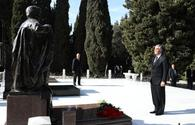 "Turkmen President pays respect to national leader Heydar Aliyev <span class=""color_red"">[PHOTO]</span>"